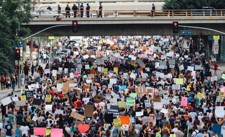 Manifestants devant un pont